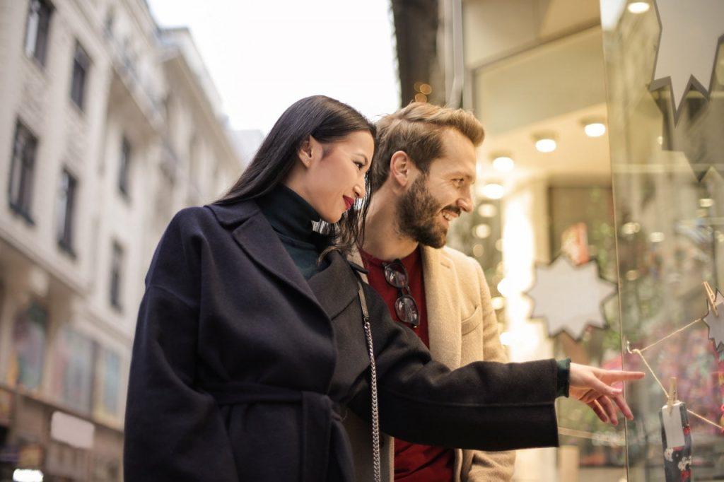 Två kunder kollar in i ett skyltfönster, likt en ny hemsida